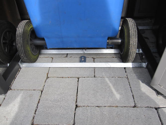 Schiene für die Rollen der Mülltonne
